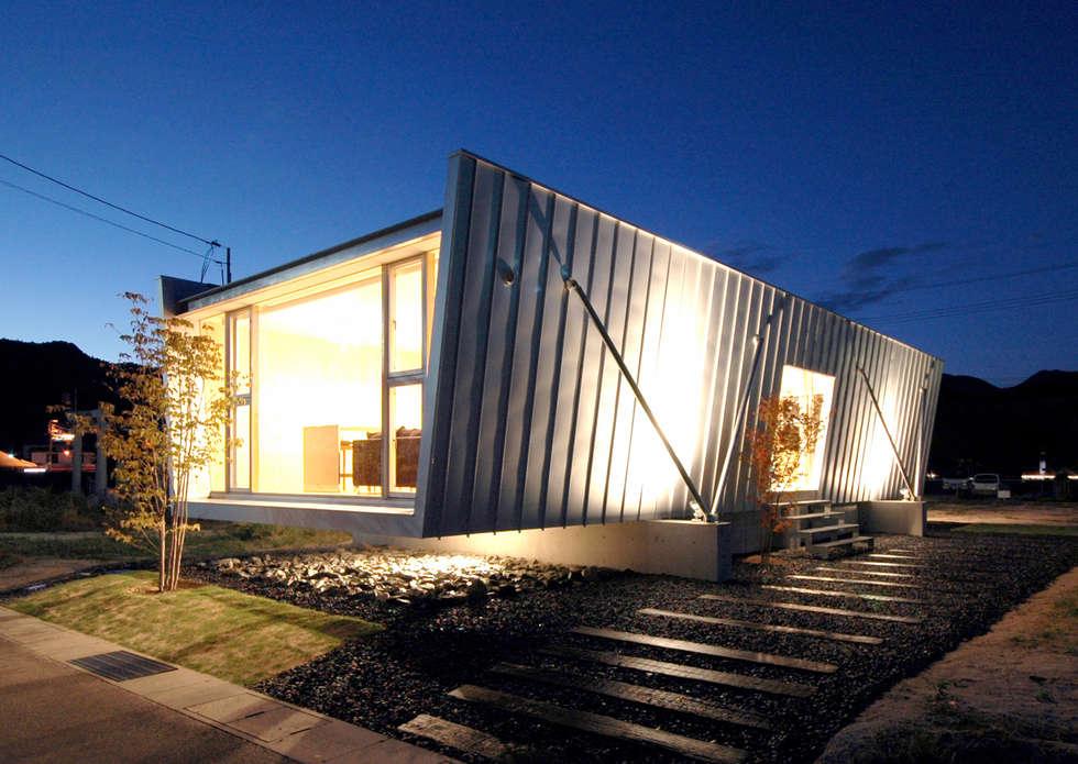 ボートハウスの夜景: 土居建築工房が手掛けた家です。