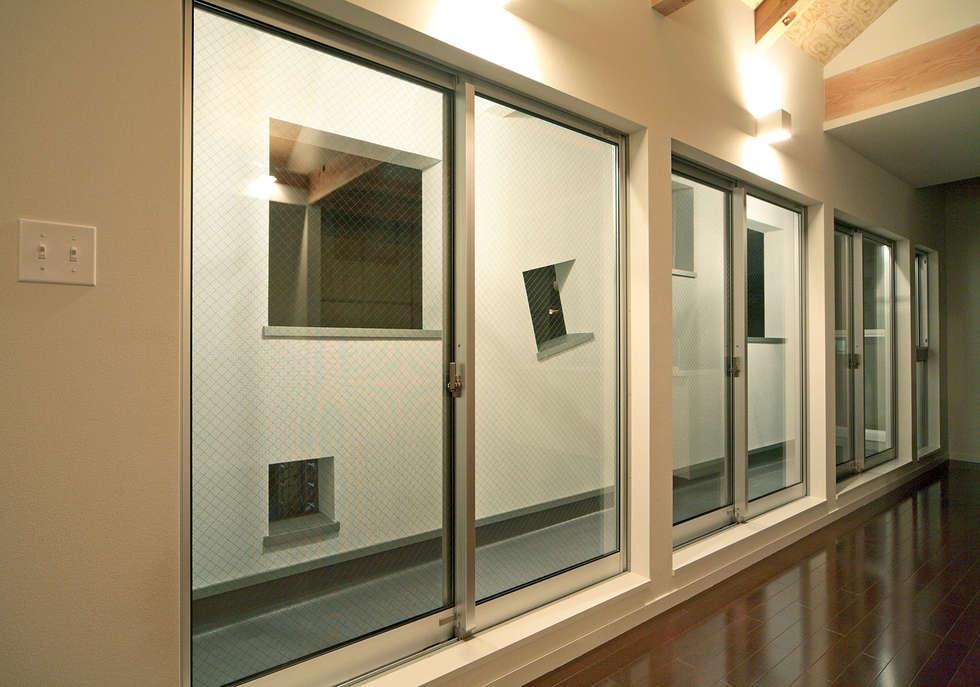 穴あき壁のバルコニー: 田崎設計室が手掛けたベランダです。