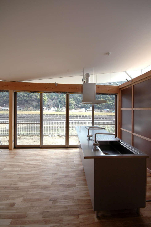 屋根勾配なりの内部空間: 土居建築工房が手掛けたキッチンです。