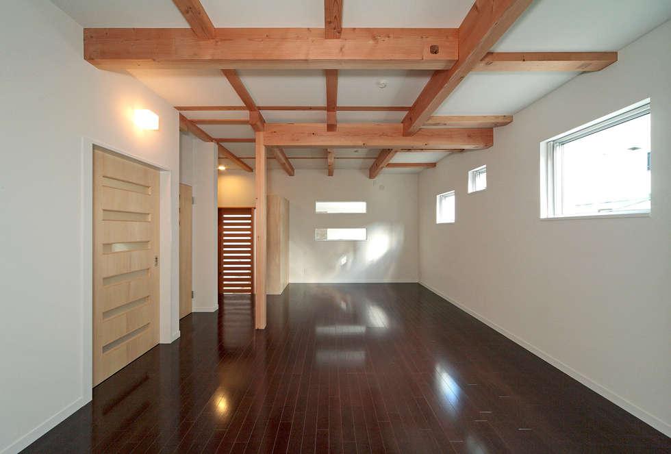 玄関と一体の多目的室: 田崎設計室が手掛けた和室です。