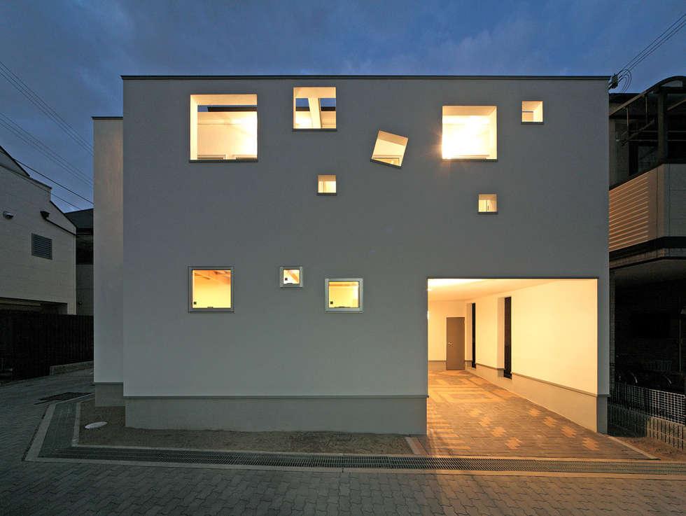 南側夜景: 田崎設計室が手掛けた家です。