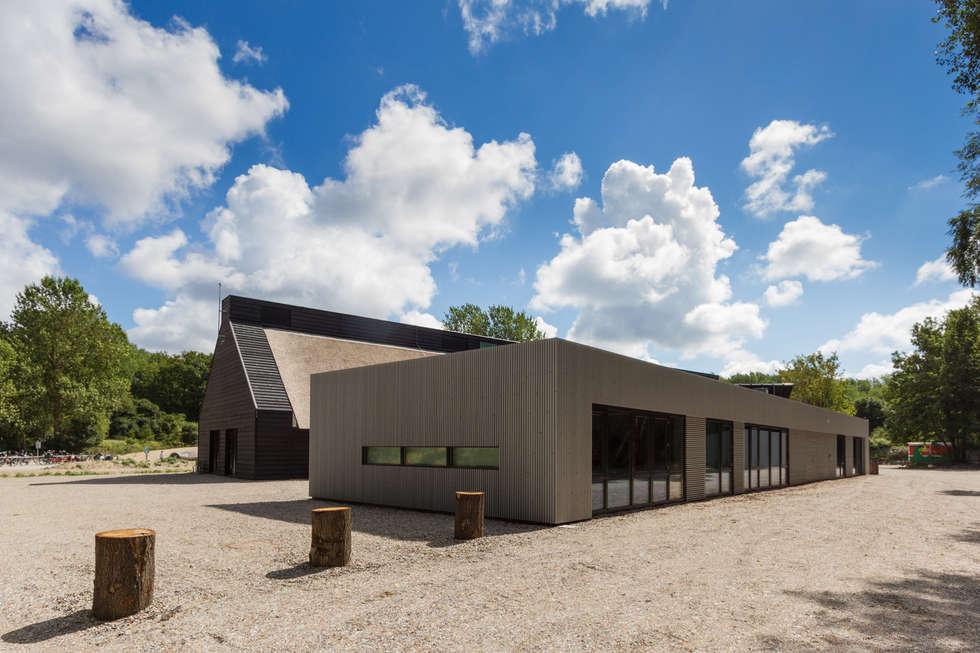 Achterzijde met facilitaire ruimten / kantoren:  Exhibitieruimten door BBHD architecten