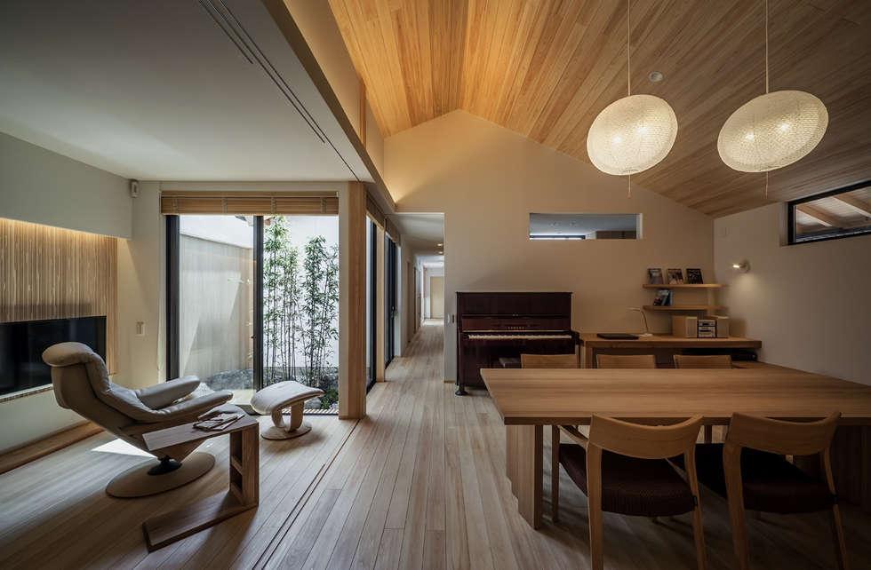 それぞれの庭の家 ダイニングとリビングと[黒竹と苔むす岩の庭]: 株式会社seki.designが手掛けたリビングです。