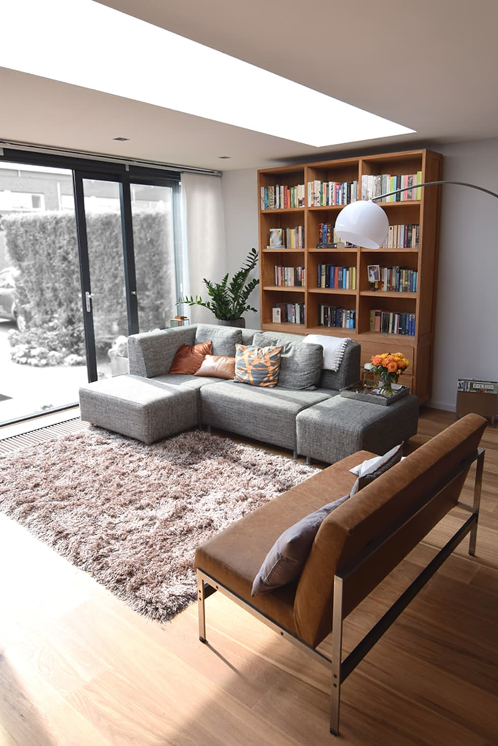 Uitbouw met daklicht: moderne Woonkamer door Lumen Architectuur