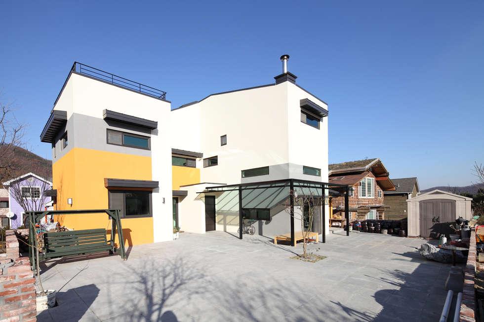 마당은 관리가 용이하도록 현무암으로 포장하였다.: 주택설계전문 디자인그룹 홈스타일토토의  주택