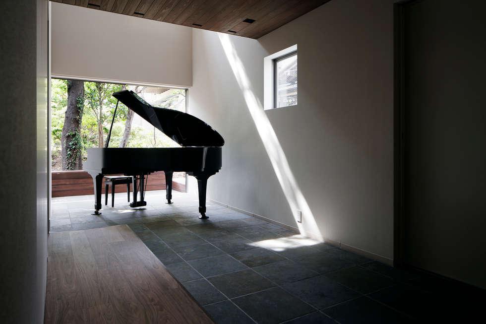 玄関ホール: 松岡淳建築設計事務所が手掛けた和室です。