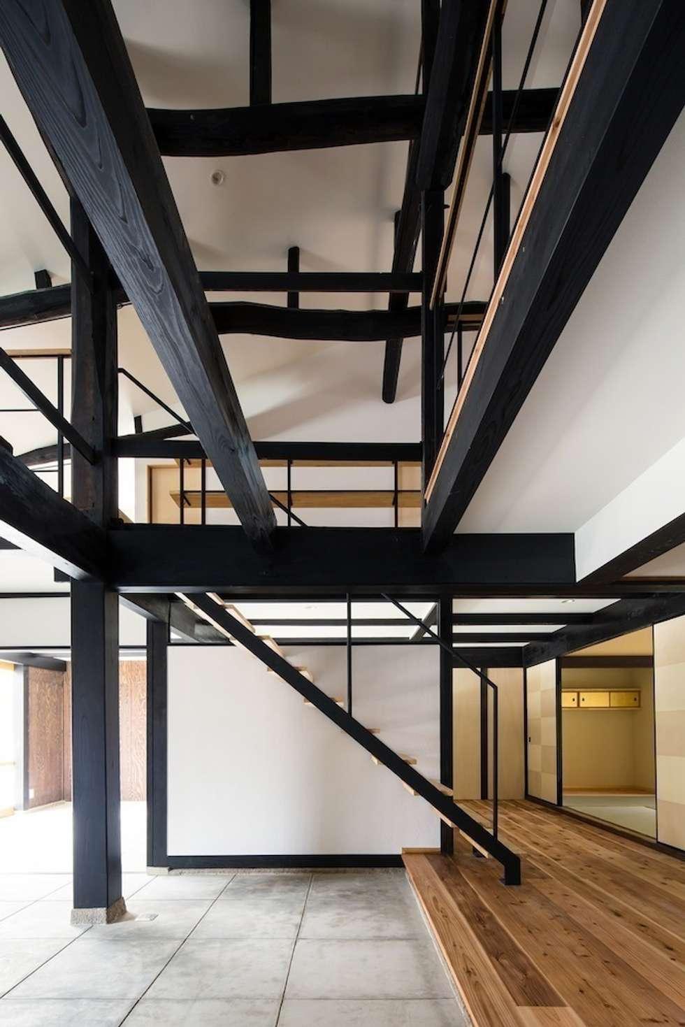 花しょうぶ通りの家・階段: タクタク/クニヤス建築設計が手掛けた和室です。