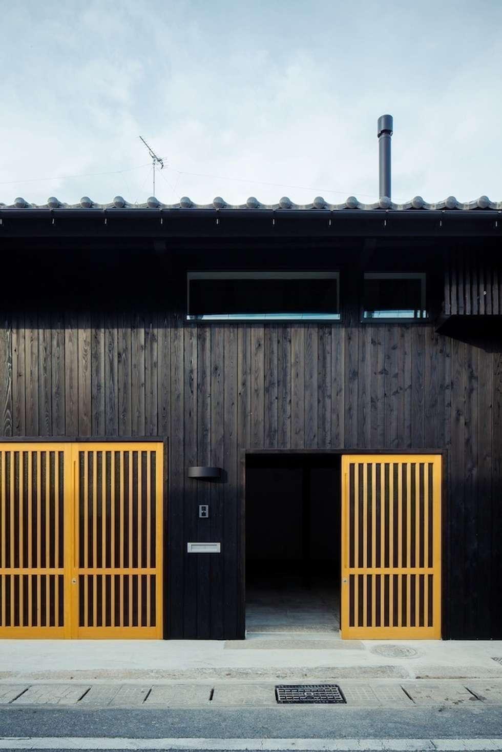 花しょうぶ通りの家・エントランス: タクタク/クニヤス建築設計が手掛けた家です。