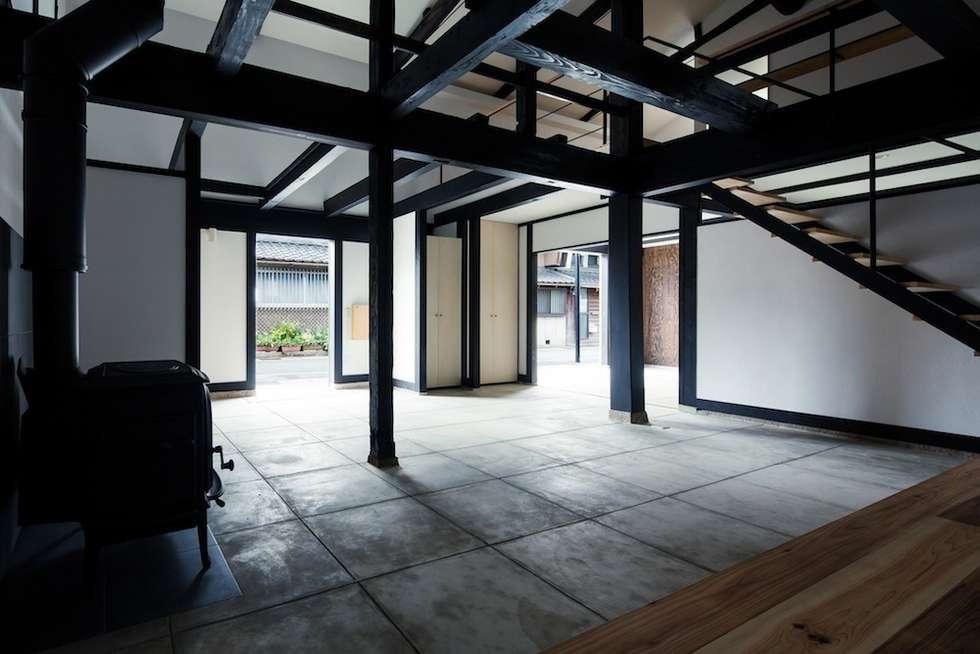 花しょうぶ通りの家・サロン: タクタク/クニヤス建築設計が手掛けた和室です。