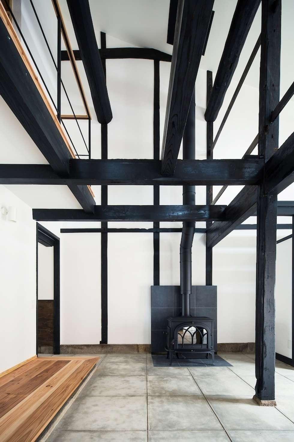 花しょうぶ通りの家・薪ストーブ: タクタク/クニヤス建築設計が手掛けた和室です。