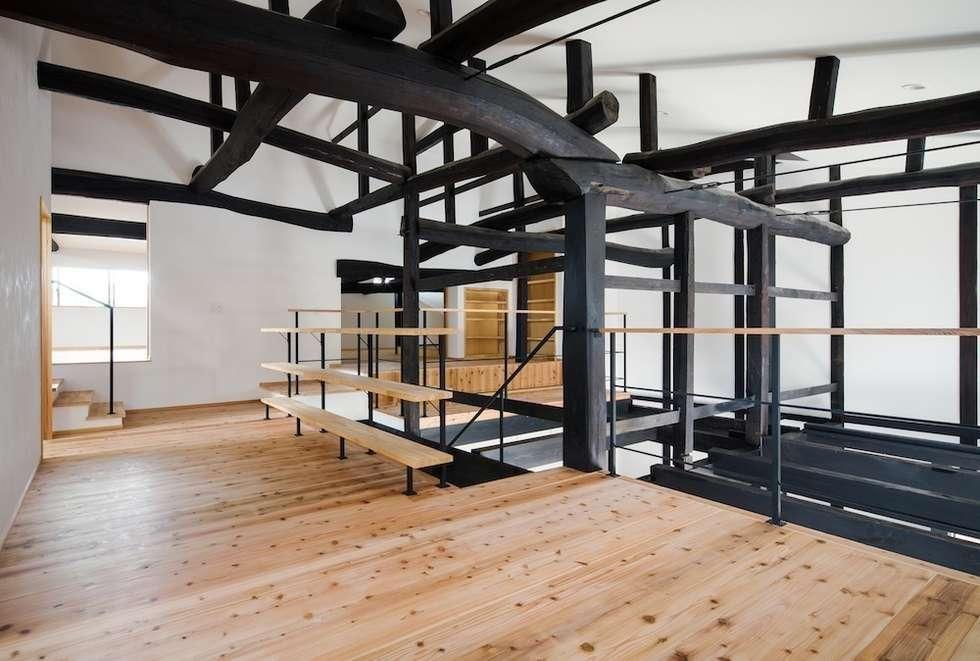 花しょうぶ通りの家・2階ホール: タクタク/クニヤス建築設計が手掛けた和室です。