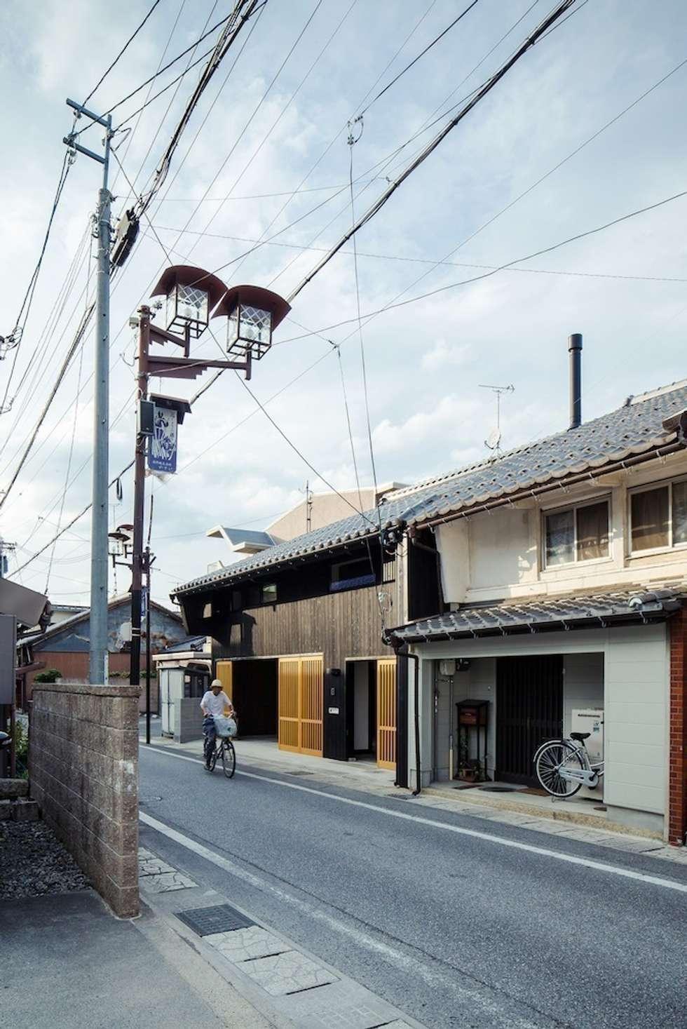 花しょうぶ通りの家・町並み: タクタク/クニヤス建築設計が手掛けた家です。