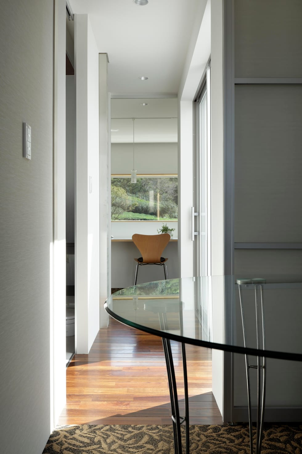 2階 寝室からリビングスペースへ: 久保田正一建築研究所が手掛けた寝室です。