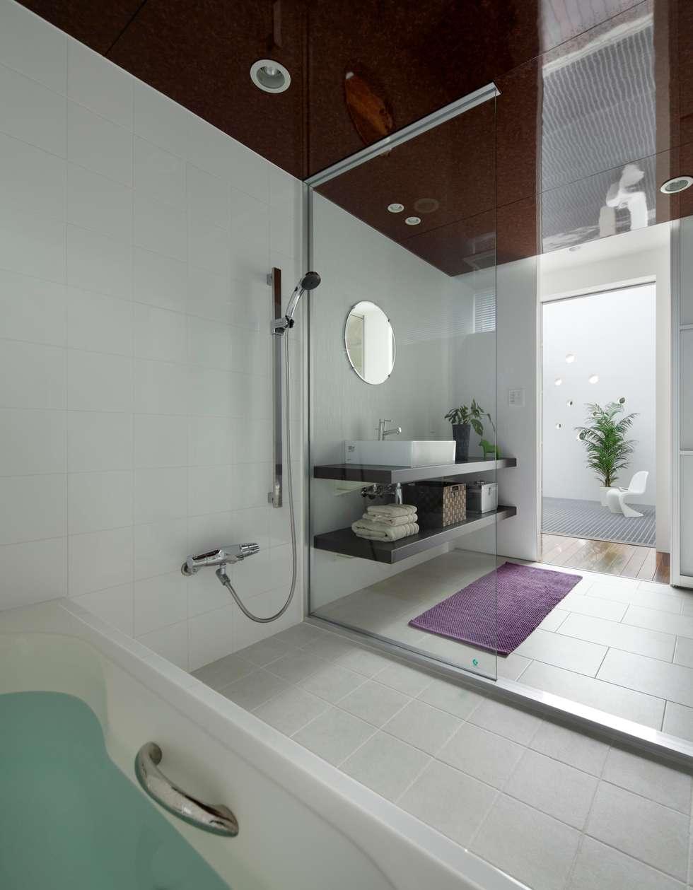 2階 バスルーム: 久保田正一建築研究所が手掛けた浴室です。