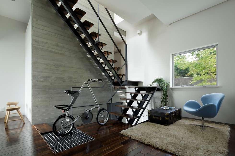 modern Corridor, hallway & stairs by 久保田正一建築研究所