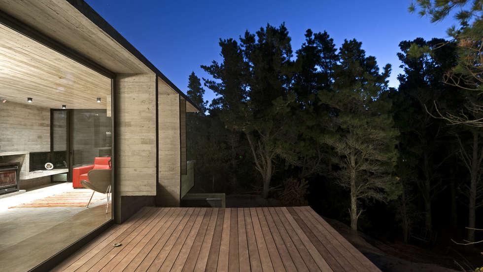 CASA WEIN: Terrazas de estilo  por Besonías Almeida arquitectos