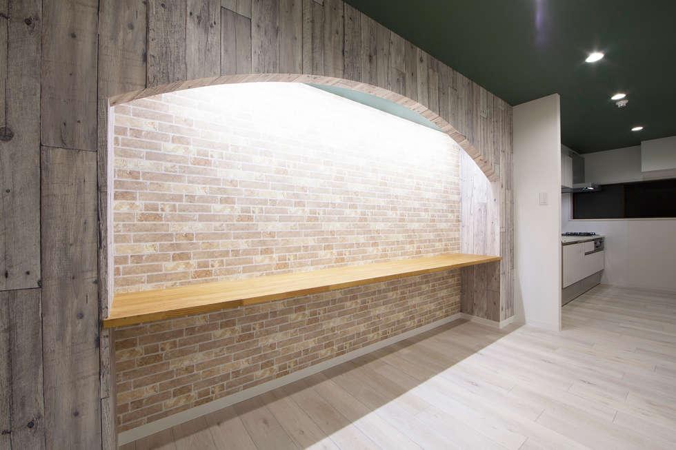 ARCH LIGHT LIFE: 株式会社クラスコデザインスタジオが手掛けたリビングです。