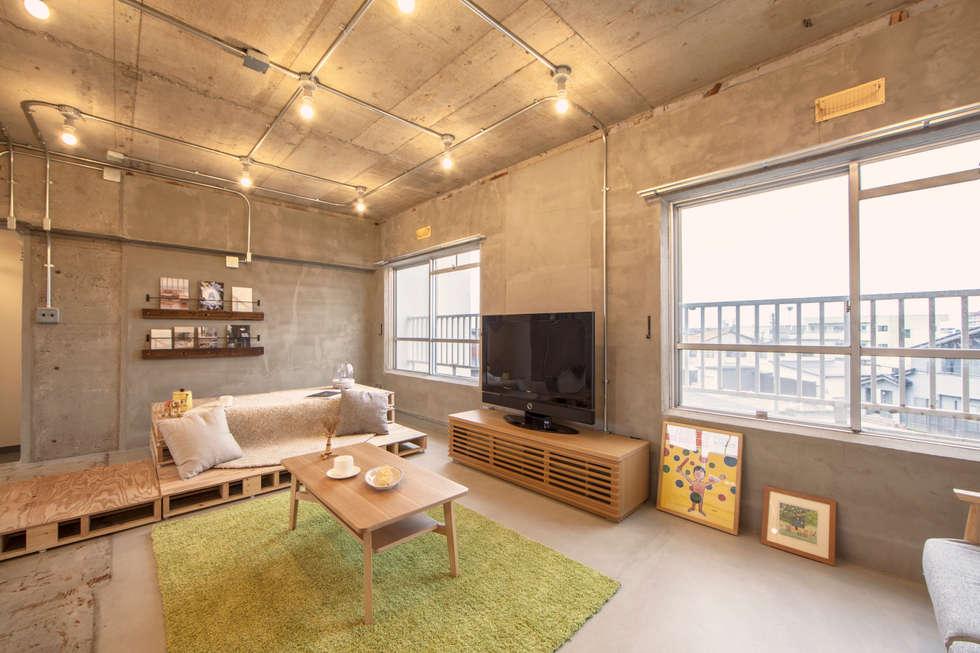 パレットとラグでソファ風に: 株式会社クラスコデザインスタジオが手掛けたリビングです。