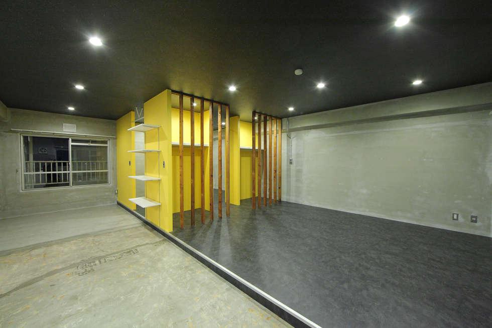 ANTIQUE MATERIAL LIFE TYPE DOMA × YELLOW WALL: 株式会社クラスコデザインスタジオが手掛けたリビングです。