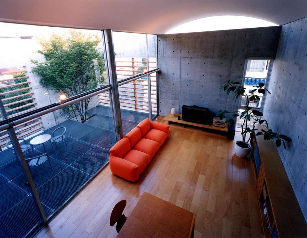 コートハウス ロフトから見る: 土居建築工房が手掛けたリビングです。