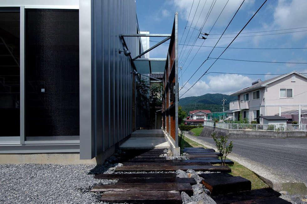 ウイングハウスのアプローチ: 土居建築工房が手掛けた家です。