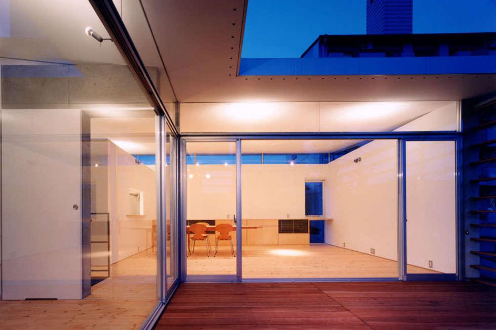 コートハウス2のテラス: 土居建築工房が手掛けたベランダです。