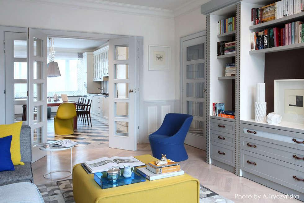 Szara stolarka drzwiowa w kamienicy: styl , w kategorii Salon zaprojektowany przez MG Interior Studio Michał Głuszak