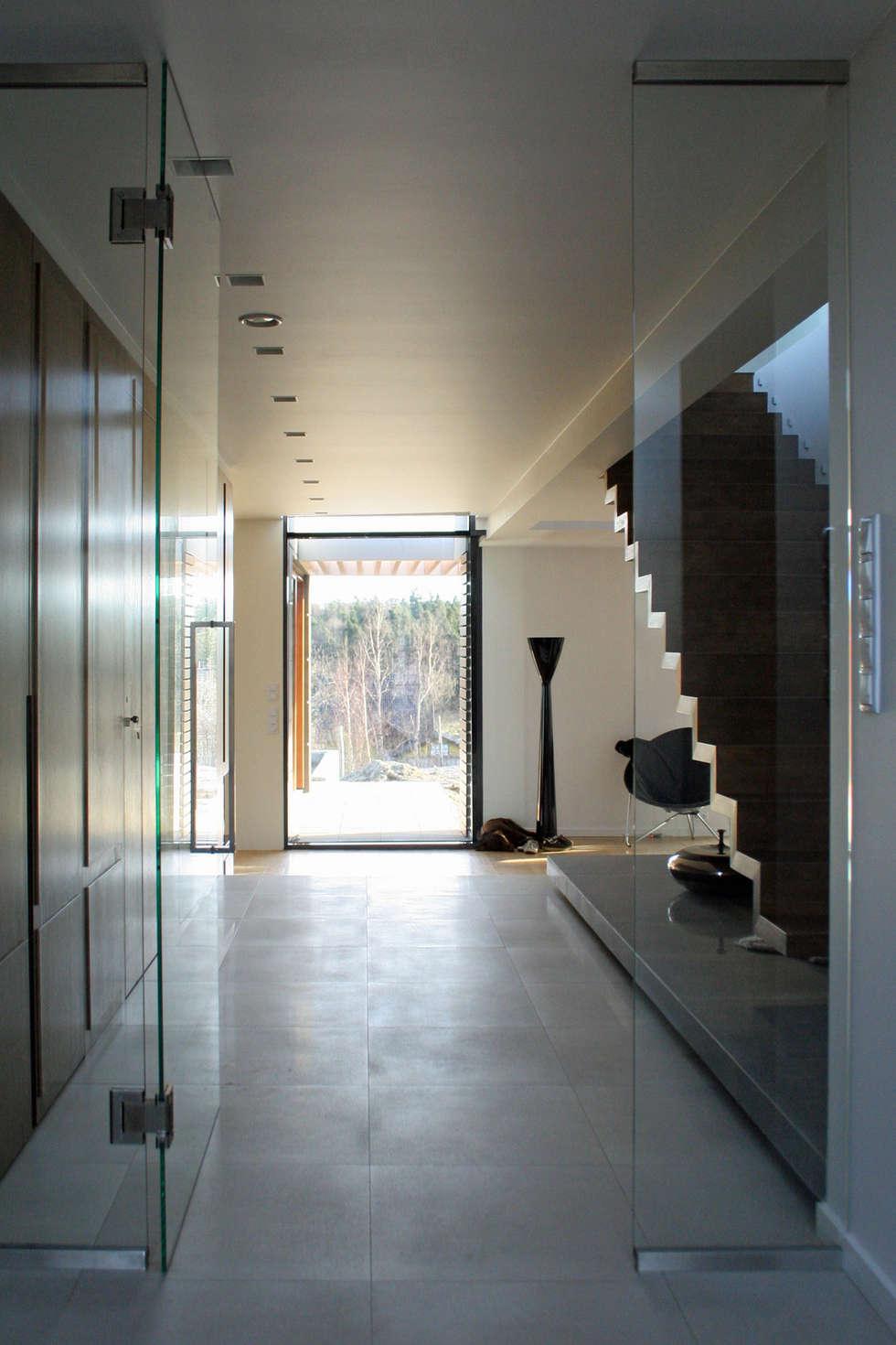 dom pod Gdańskiem: styl , w kategorii Korytarz, przedpokój zaprojektowany przez PRACOWNIA 111