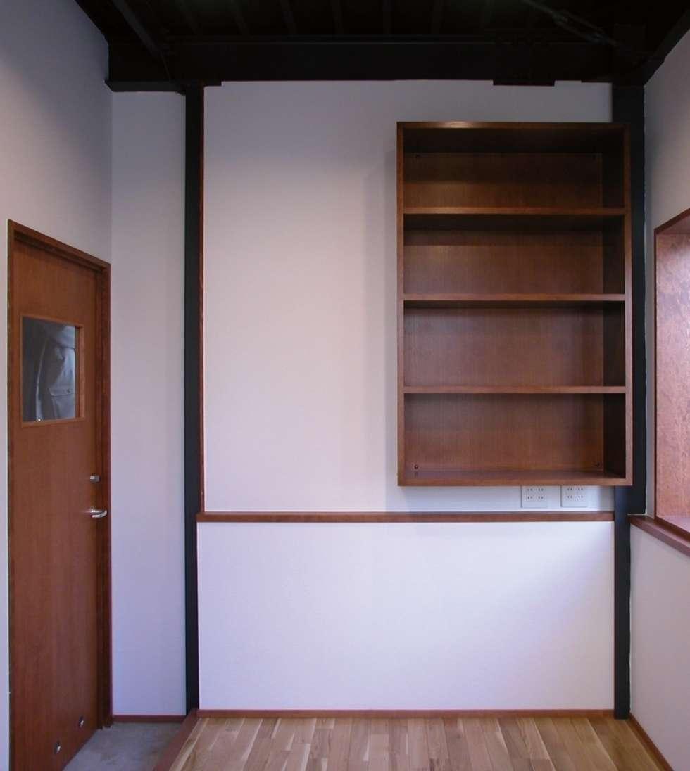 事務所兼応接室: 株式会社エキップが手掛けたリビングです。