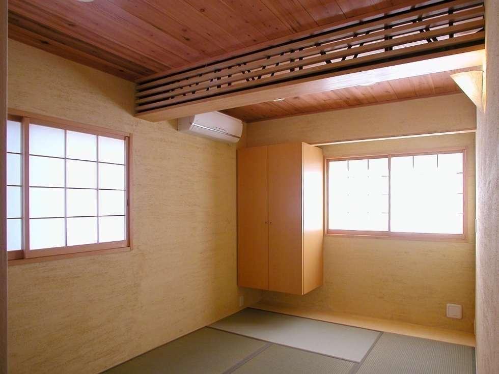 和室: 株式会社エキップが手掛けた寝室です。