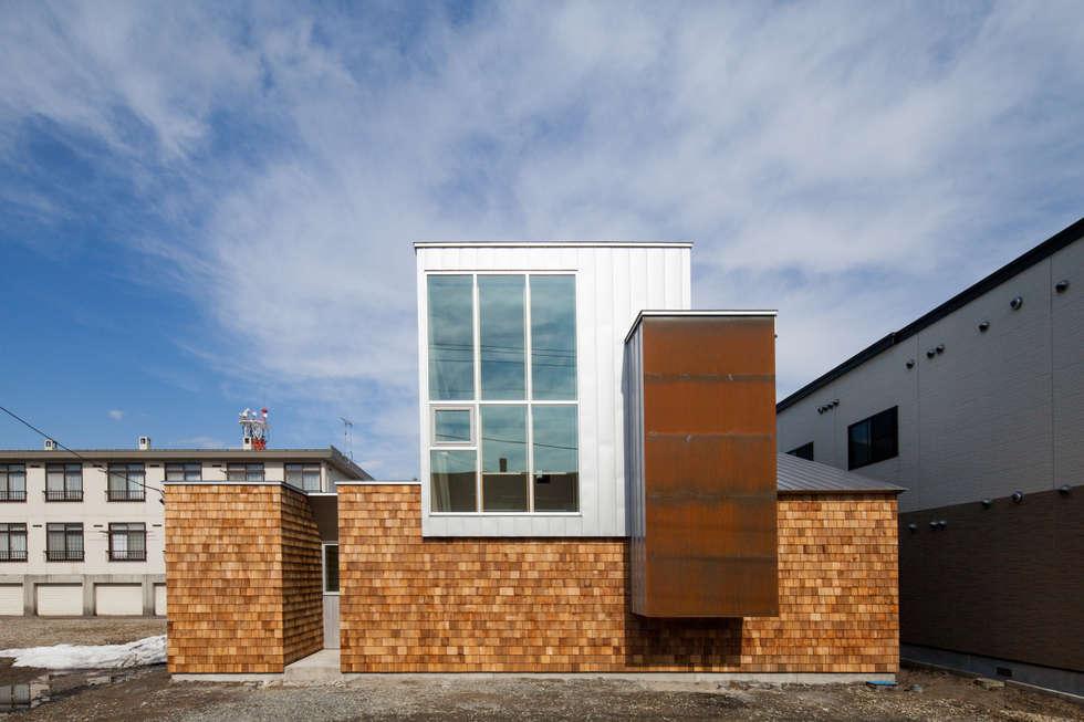 ファサード(昼景): 一級建築士事務所 Atelier Casaが手掛けた家です。
