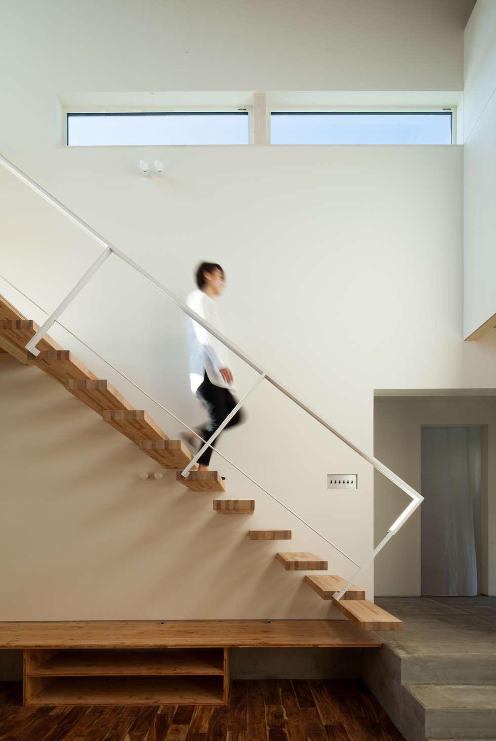 片持ち階段: 一級建築士事務所 Atelier Casaが手掛けた廊下 & 玄関です。