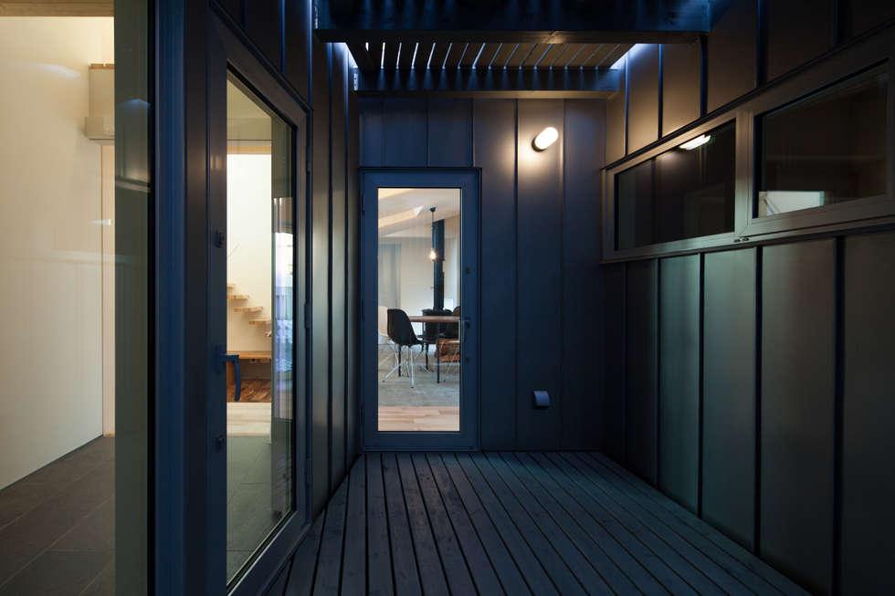 デッキテラス: 一級建築士事務所 Atelier Casaが手掛けたベランダです。