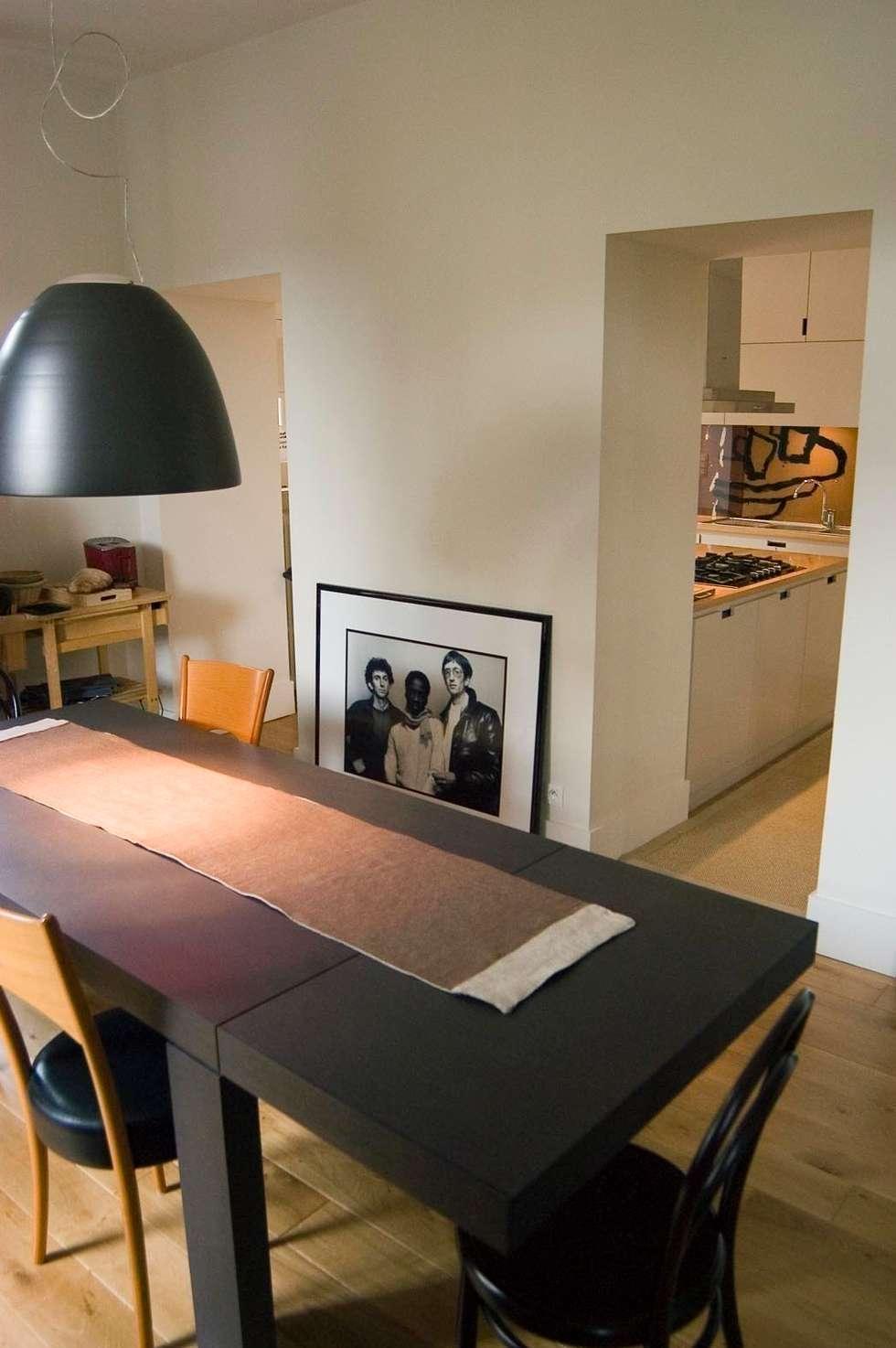 liaison coin repas et coin cuisine: Cuisine de style de style Moderne par Tandem architecture