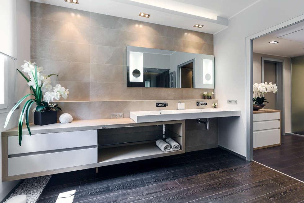 Warm color palette of interior in private residence in Monte-Carlo.: Bagno in stile in stile Moderno di NG-STUDIO Interior Design