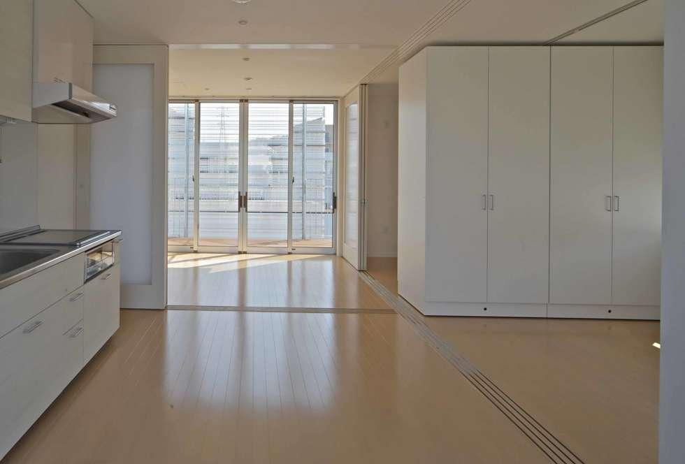 住宅(50㎡)内部: 株式会社ヨシダデザインワークショップが手掛けたリビングです。