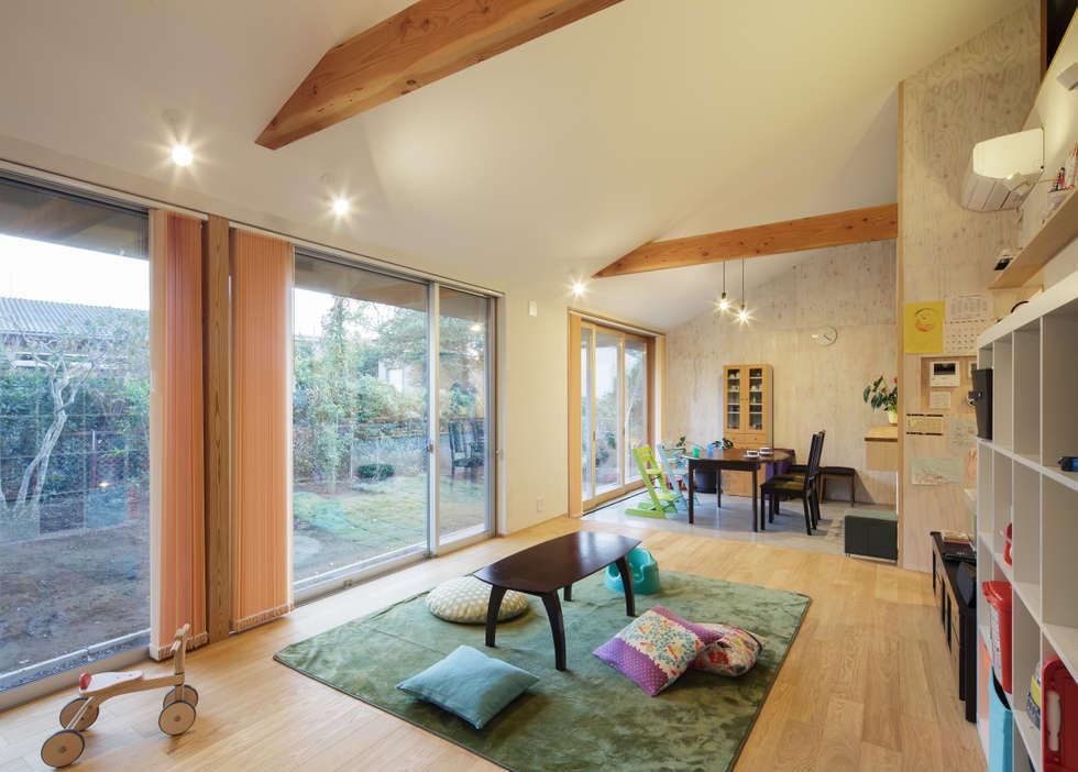 勾配天井の開放的なリビング: m・style 一級建築士事務所が手掛けたリビングです。