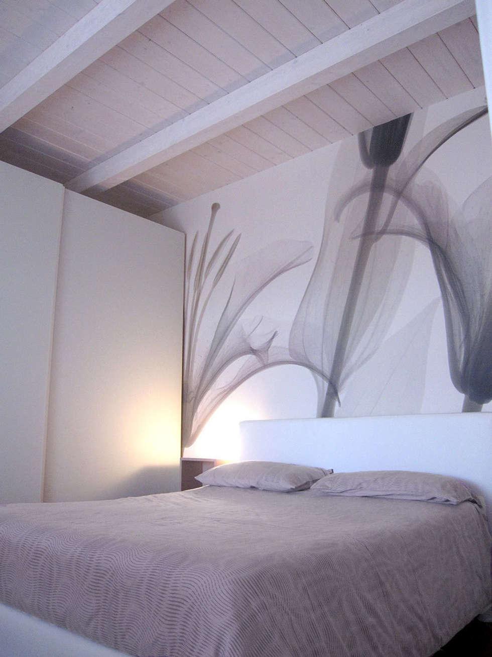 camera matrimoniale: Camera da letto in stile in stile Moderno di studio radicediuno