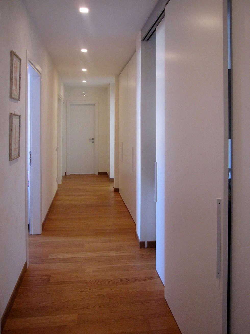 disimpegno zona notte: Ingresso & Corridoio in stile  di studio radicediuno