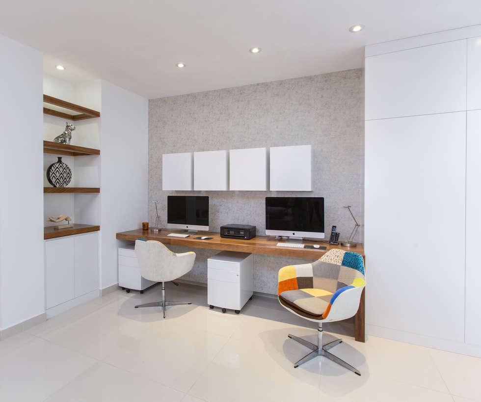 CASA RR8: Estudios y oficinas de estilo moderno por Grupo Arsciniest
