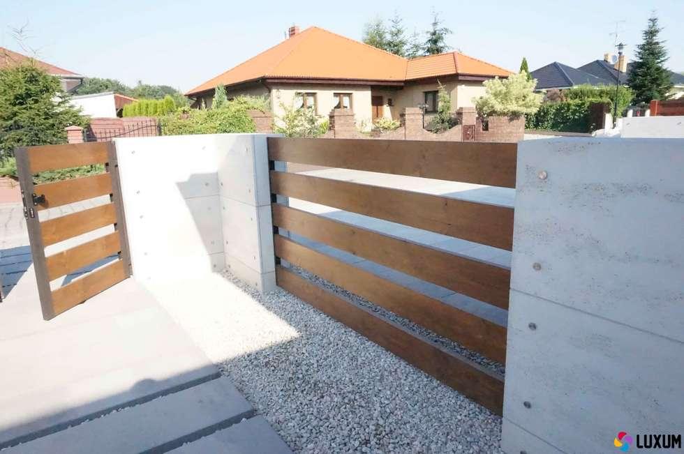 Ogrodzenie z betonu architektonicznego: styl nowoczesne, w kategorii Domy zaprojektowany przez Luxum