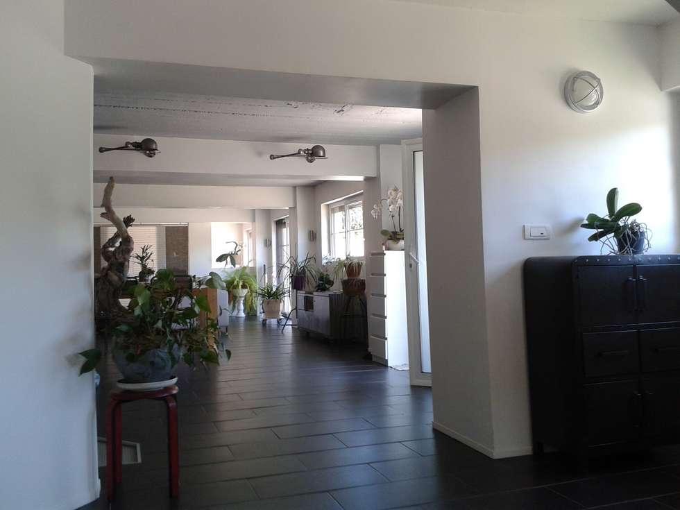 Dans la longueur: Couloir et hall d'entrée de style  par X-ACT DESIGN