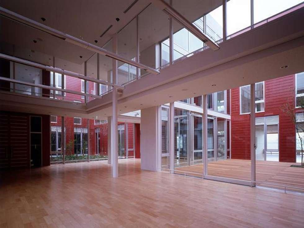 1階食堂: 株式会社ヨシダデザインワークショップが手掛けたダイニングです。
