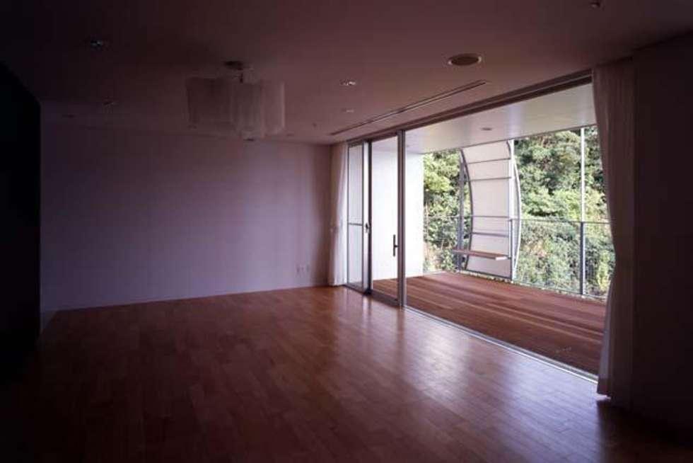 個室内部: 株式会社ヨシダデザインワークショップが手掛けた寝室です。
