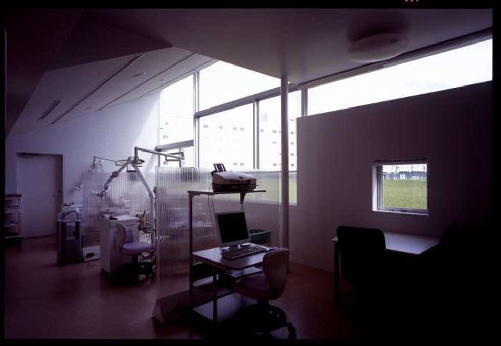 歯科診療室: 株式会社ヨシダデザインワークショップが手掛けた書斎です。