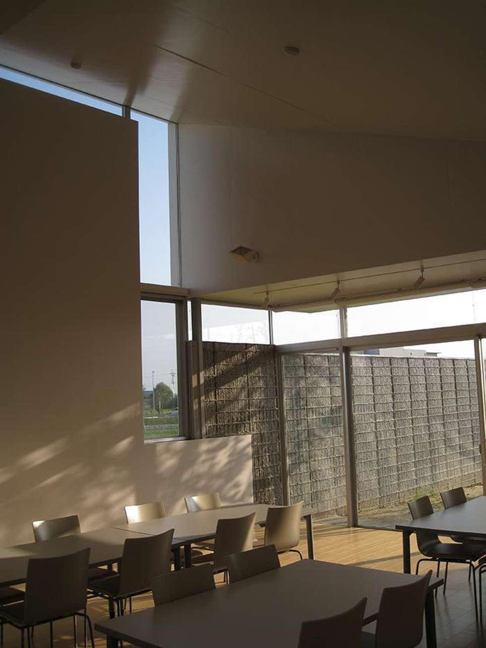 職員休憩室: 株式会社ヨシダデザインワークショップが手掛けた書斎です。