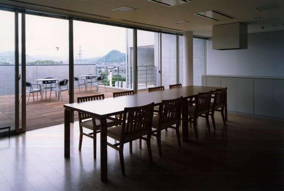 共用リビング: 株式会社ヨシダデザインワークショップが手掛けたリビングです。