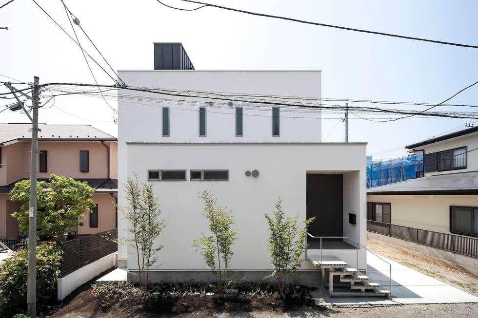 白い塗り壁: 前田敦計画工房が手掛けた家です。