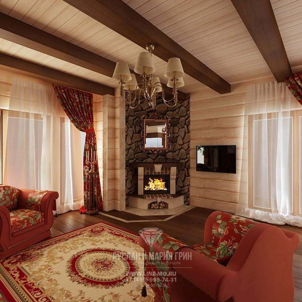 Интерьер гостиной с камином в дизайне дома из бруса: Гостиная в . Автор – Студия дизайна интерьера Руслана и Марии Грин