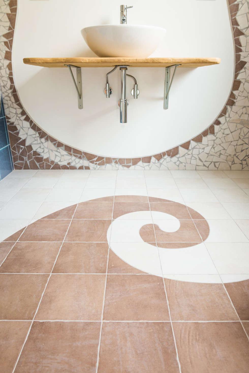 Spirale bi-colore: Bagno in stile in stile Eclettico di Milani Iurisevic decorazioni